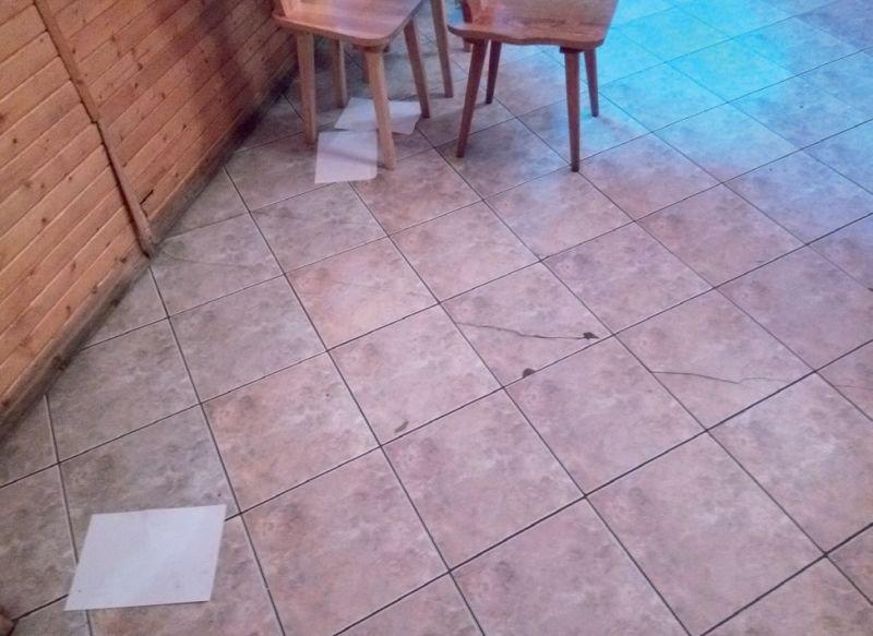 FOT. 2. Wykładzina ułożona na stropie drewnianym. Pęknięcia obrazują umiejscowienie belki nośnej – rezultat ewidentnych błędów projektowo‑wykonawczych; fot.: M. Rokiel