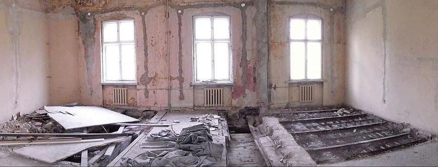 FOT. 1. Widok sali pałacu na Górnym Śląsku w trakcie wykonywania odkrywek. Widoczne zmiany układu konstrukcyjnego stropów; fot. [7]