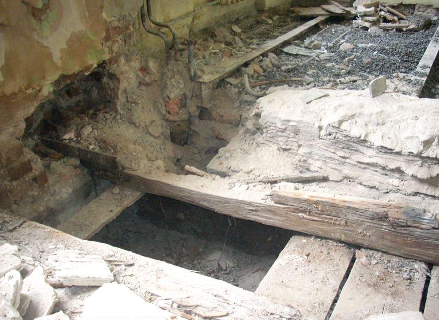FOT. 5. Uszkodzenia belki stropowej w strefie przypodporowej; fot. [7]