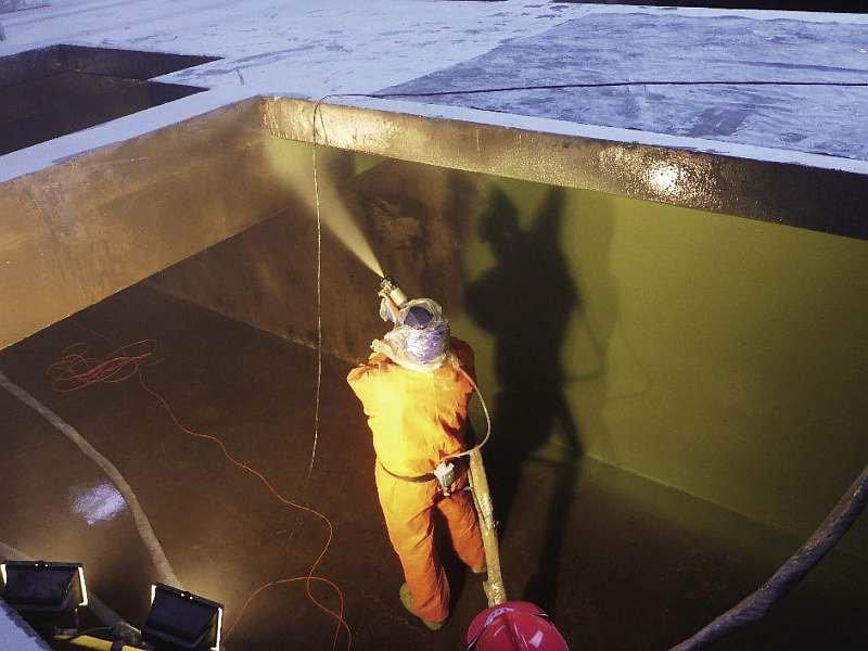 FOT. 4. Przykład natrysku powłoką polimocznikową zbiornika na preparaty do impregnacji drewna; fot.: archiwum autora