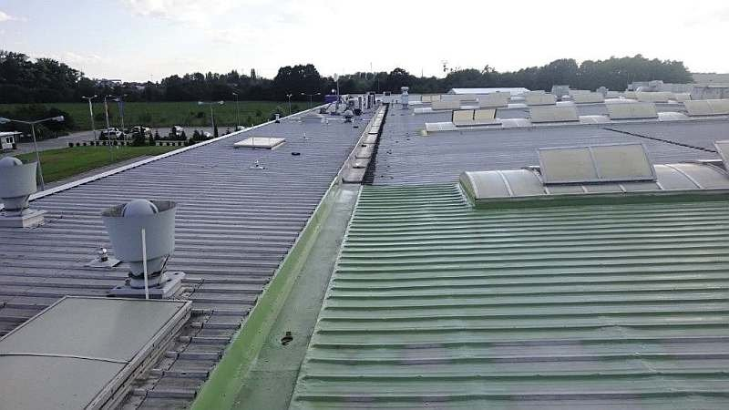 FOT. 5. Wyglad powłoki polimocznikowej, którą powleczono powierzchni dachu z blachy trapezowej; fot.: archiwum autora