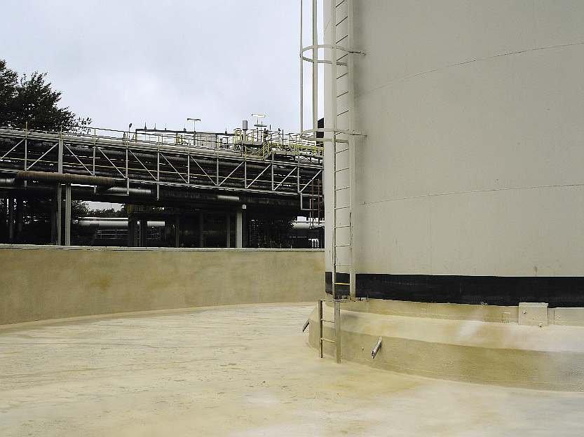 FOT. 8. Taca awaryjna zbiornika na produkty ropopochodne powleczona powłoką polimocznikową; fot.: archiwum autora