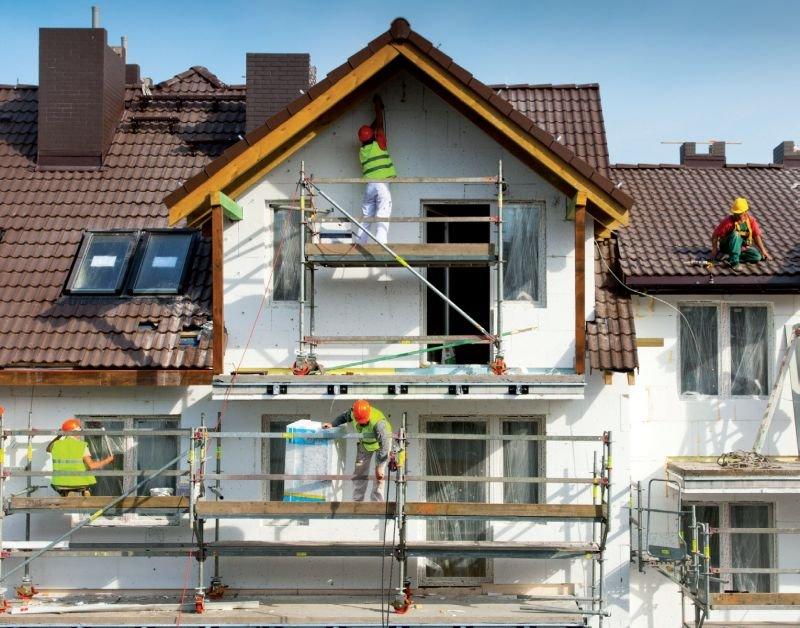 FOT. 2. Prace ociepleniowe ścian zewnętrznych budynku; fot.: Stowarzyszenie na Rzecz Systemów Ociepleń
