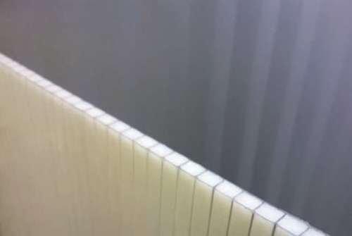 FOT. 7. Płyta poliwęglanu komorowego z materiałem zmiennofazowym