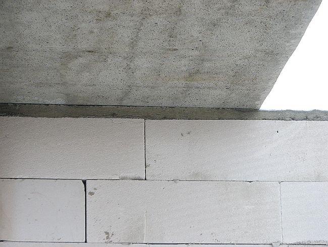 Strop z płyt kanałowych oparty na poduszce żelbetowej; fot.: T. Rybarczyk