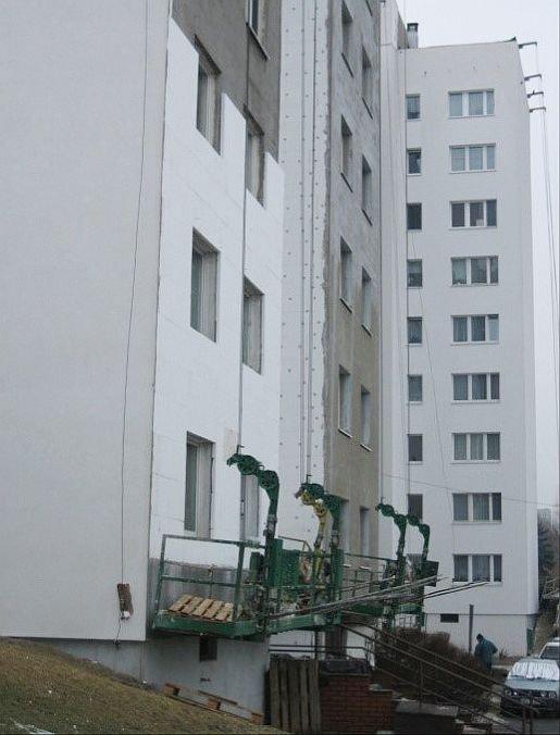 FOT. 3. Przykład termomodernizacji typowego budynku wielkopłytowego (prace w toku); fot.: autor