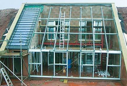 Końcowy etap budowy domu, fot. www.theundergroundhouse.org.uk