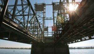 Fot. 1. Obiekty mostowe zaliczane są do kategorii obiektów inżynieryjnych. Z racji specyfiki ten rodzaj budownictwa charakteryzuje wysoki stopień zaawansowania technologicznego i projektowego. Kumuluje się tu wiele zagadnień wymagających indywidualnego podejścia, m.in. sprawy związane z zabezpieczaniem elementów konstrukcyjnych przed degradacją, na którą wpływa wiele czynników. Na zdjęciu: Konstrukcja mostu stalowego w okolicach Vancouver (Kanada)