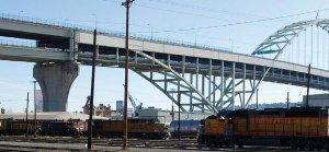 Fot. 2. Wiadukty stanowią powszechnie spotykaną grupę obiektów mostowych. Pozwalają na pokonanie każdej przeszkody typu: dolina, wąwóz, inna droga kołowa, tory kolejowe itp., z wyłączeniem przeszkód wodnych. Na zdjęciu: wiadukt nad torami kolejowymi w Portland (USA)