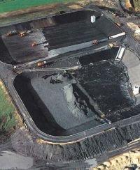 Fot. 1. Budowa asfaltowych uszczelnień podłoża i skarp dwóch komór składowiska odpadów
