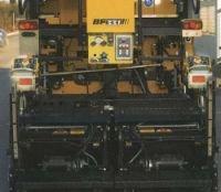 Fot. 4. Widok zagęszczarki z pulpitami sterowania: układania, zagęszczania i gazowego podgrzewania asfaltu