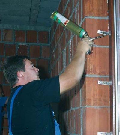 Fot. 2–4. Montaż stolarki okiennej oraz jej uszczelnienie za pomocą pianki poliuretanowej