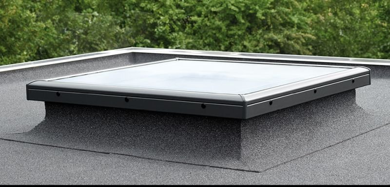 Okno prawidłowo zamontowane na dachu płaskim; fot.: VELUX
