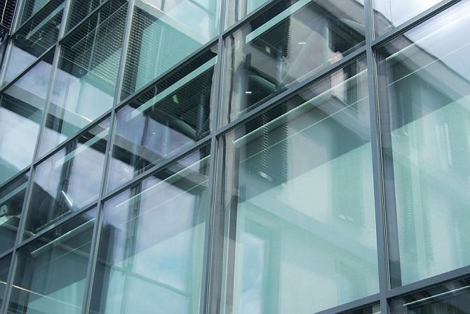 Istota podwójnej fasady polega na zestawieniu dwóch przegród szklanych tworzących wolną przestrzeń buforową. Fot.: B.Wilk-Słomka, J. Belok