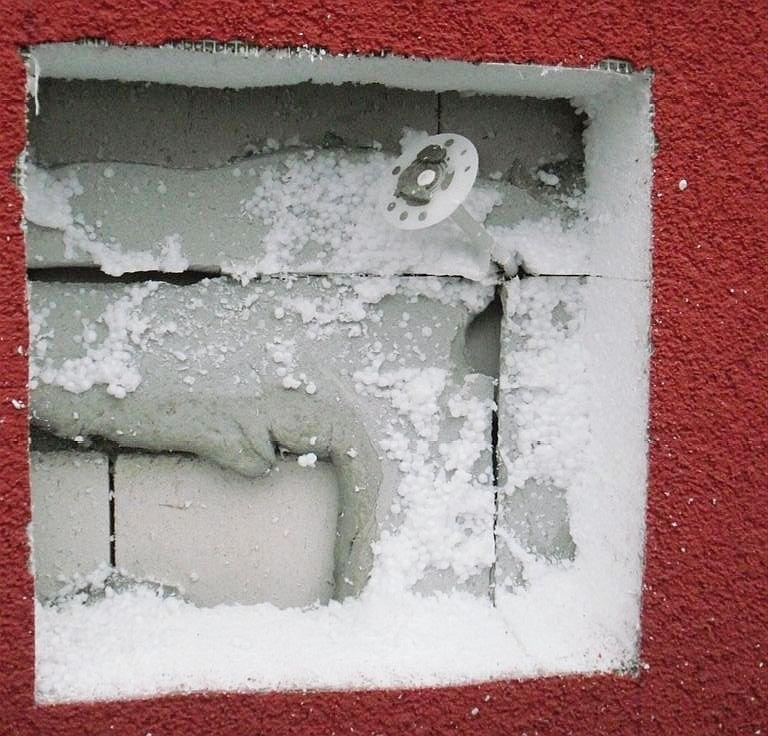 FOT. 6. Uszkodzenie tynku warstwy zbrojonej i materiału termoizolacyjnego; fot.: P. Idzikowski