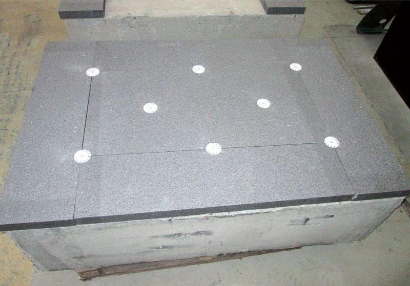 FOT. Płyta izolacji termicznej przygotowywana do badań na przeciąganie tzw. blokiem piankowym. Widoczne jest rozmieszczenie łączników w środkowej części płyty, a także w spoinach