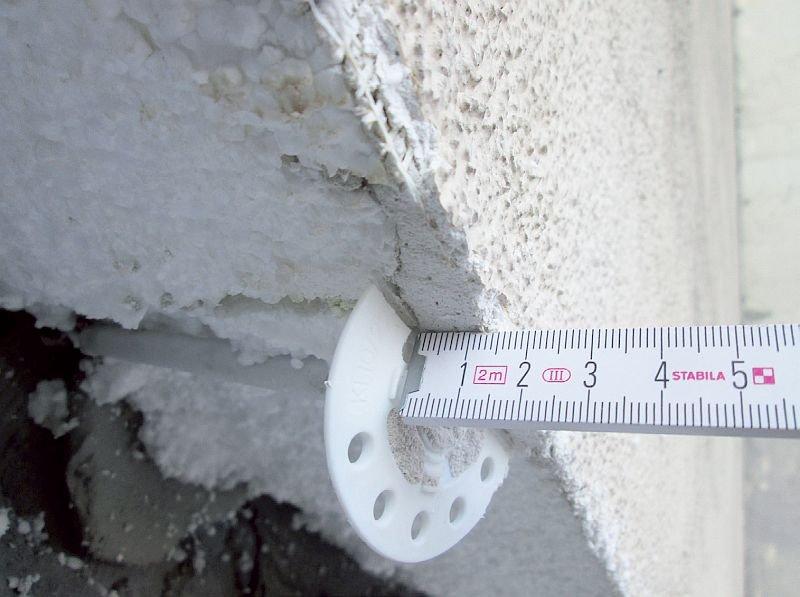 FOT. 1. Łącznik nadmiernie zagłębiony w termoizolacji, a talerzyk zaszpachlowany grubą warstwą kleju; fot.: autorzy