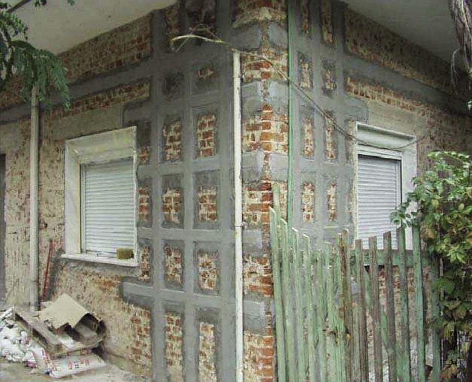 FOT. 1. Przykład wzmocnienia naroża budynku laminatami FRP; fot.: archiwum autora