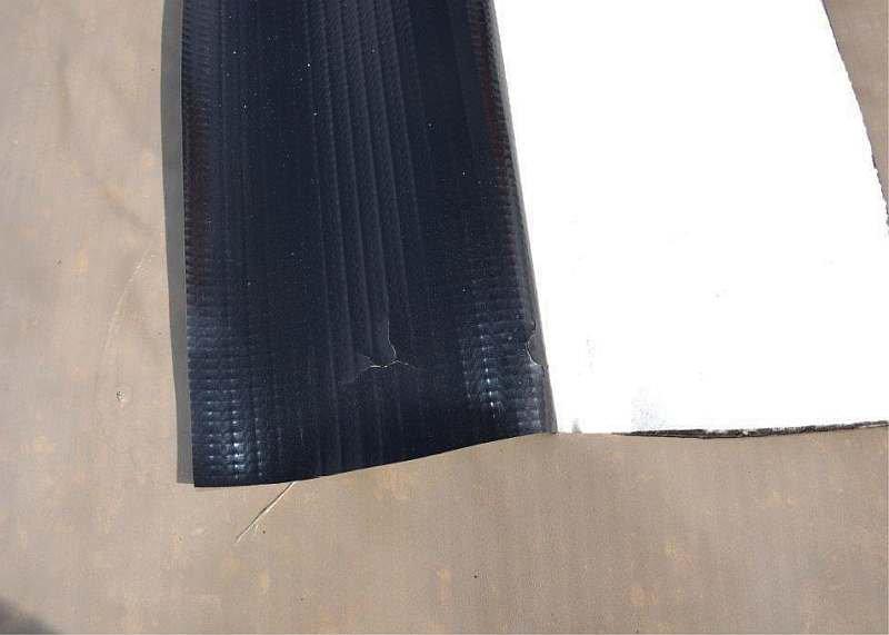 FOT. 5. Odkrywka kontrolna nr 4 - uszkodzenie pokrycia dachowego; fot. archiwa autorów