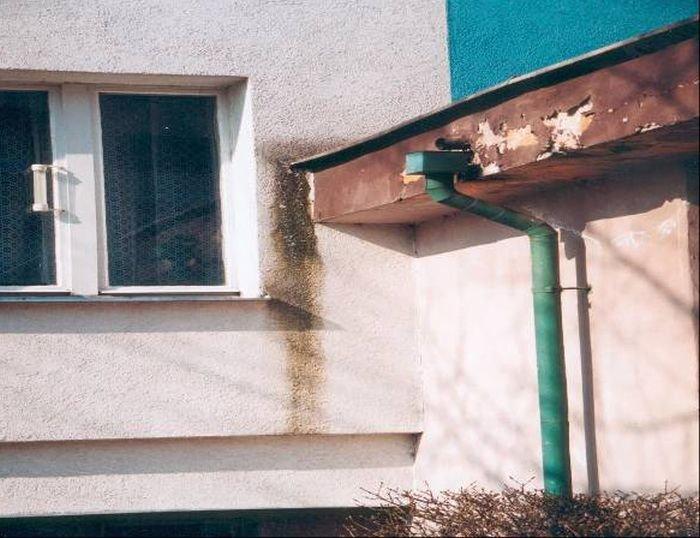 Fot. 20. Zacieki w miejscu połączenia obróbek blacharskich z elewacją; fot.: archiwum autora