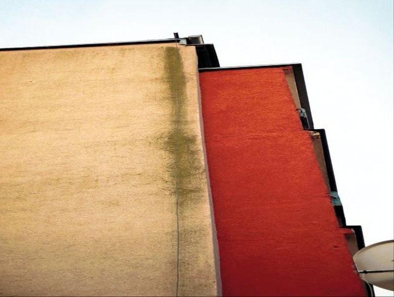 FOT. 7. Zaciek spowodowany zawilgoceniem wzdłuż biegnącego po ścianie przewodu; fot.: archiwum autora