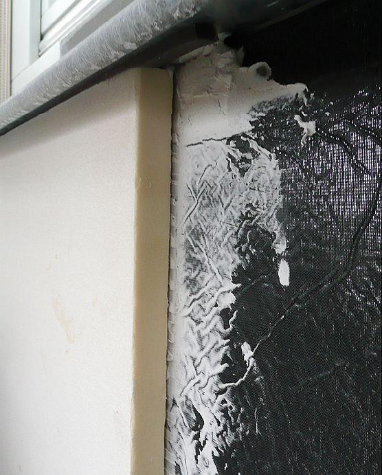 Mocowanie pianki PUR do izolacji VIP za pomocą systemowego kleju; fot.: autorzy