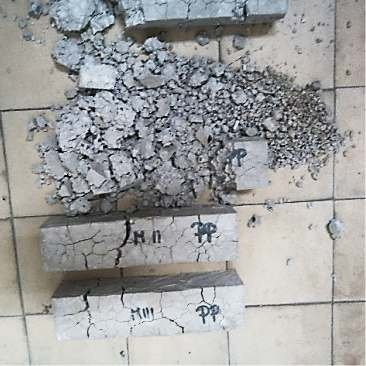 FOT. 9. Zniszczone próbki zapraw V podczas badania mrozoodporności; fot.: archiwa autorów