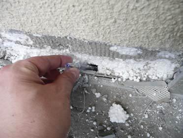 FOT. 1–2. Termoizolacja połaci musi być połączona z termoizolacją ściany