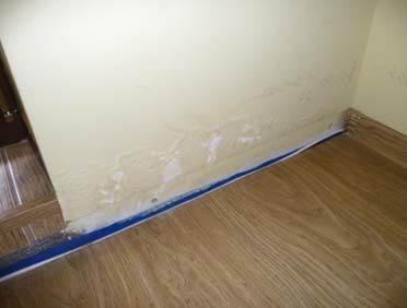 FOT. 3–4. Skutki błędów w uszczelnieniu styku połaci ze ścianą