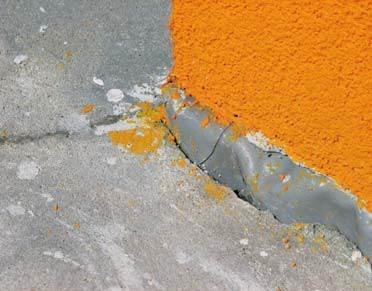 FOT. 7–8. Pod jastrychem wykonano izolację międzywarstwową (wannę) ze zgrzewanej membrany dachowej, którą wyciągnięto ponad powierzchnię jastrychu i zamocowano w ścianach w sposób uniemożliwiający uszczelnienie tego miejsca. Naprawa wymaga usunięcia .