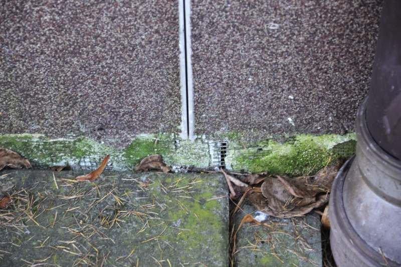 FOT. 11. Nieprawidłowe zakończenie dylatacji w obrębie opaski betonowej