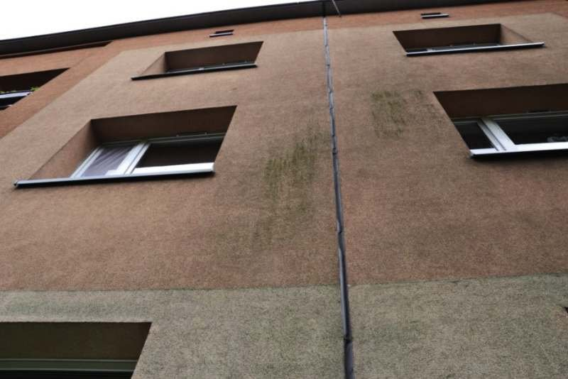 FOT. 13. Niestarannie zamocowany profil dylatacyjny – uskoki na całej wysokości budynku