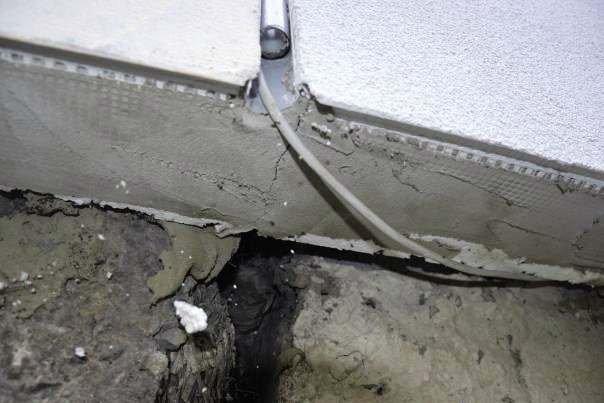 FOT. 9. Brak dylatacji poziomej przy listwie startowej systemu ocieplenia ściany zewnętrznej