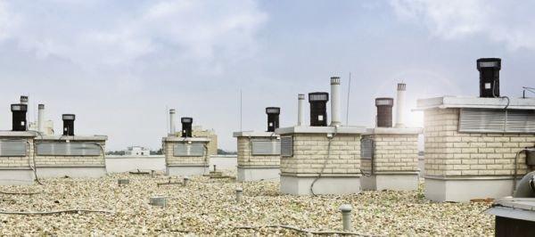 FOT. 1. Dach budynku mieszkalnego wyposażonego w nasady do wentylacji hybrydowej;