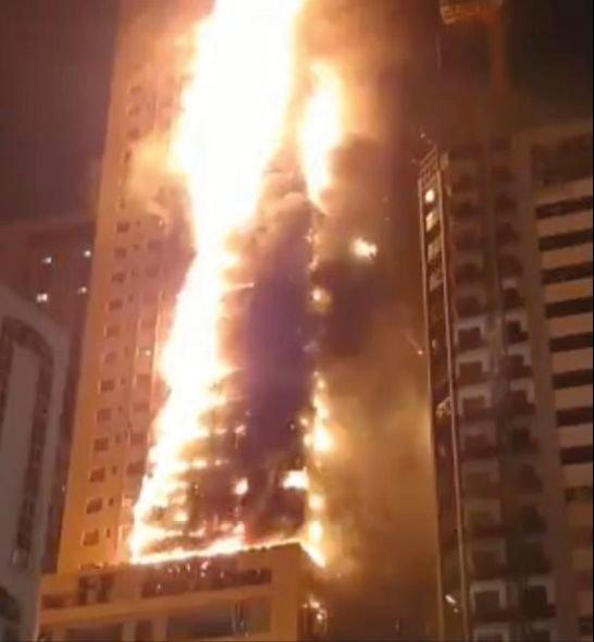 FOT. 1. Przykład rozprzestrzeniania ognia po elewacji w przypadku zastosowania okładzin rozprzestrzeniających ogień; fot.: www.lindaikejisblog.com