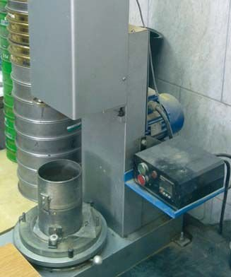 Fot. 1. Mechaniczny aparat Proctora