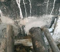Fot. 3. Absurdalny sposób uszczelnienia przejść rurowych