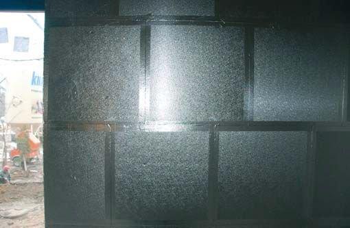 Fot. 3. Styki płyt ociepleniowych z poliuretanu pokryte systemową taśmą uszczelniającą