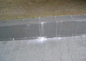 Fot. 3. Wykwity cementowe na fugach pomiędzy okładzinami