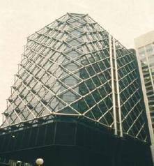Fot. 4. Przykład budynku z zewnętrzną stalową konstrukcją nośną niezabezpieczoną przeciwogniowo