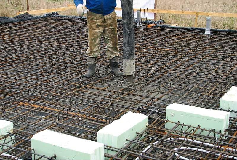 FOT. 2. Układanie mieszanki betonowej zazbrojonej płyty fundamentowej za pomocą dozowania mieszanki pompą do betonu; fot. archiwum autora (T. Rybarczyk)