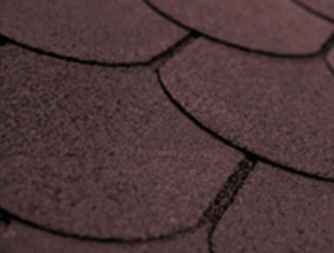 FOT. 1. Gont bitumiczny jest pokryciem bitumicznym wykonanym z pap pociętych na arkusze (płaty), które w dolnej strefie mają różne kształty, przypominające dachówki, deseczki, gonty drewniane. Arkusze są układane na szerokie zakłady i mocowane gwoździami.