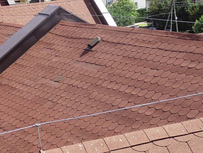 FOT. 4. Ten sam dach co na FOT. 2 i 3. Wyraźnie widać nierówności poszycia. Deski bez wentylacji wypaczają się i zmieniają wymiary w zależności od stopnia zawilgocenia. To podnosi gont, a wówczas wiatr go łamie.