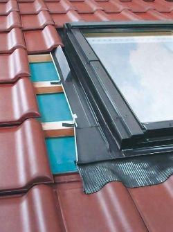 Fot. 2. Istotnym elementem połączenia okna dachowego z pokryciem są blaszane okucia (kołnierze). Na ich brzegach przykleja się podobne do koszowych kliny samoprzylepne uszczelniające i wypełniające przestrzeń pod pokryciem (dachówką).