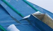 Fot. 5. Membrana na pionowych ściankach wyłazu podtrzymywana jest spinkami, a na połaci taśmami. Nad każdym wyłazem (i każdym tego typu przejściem przez MWK) powinna być wykonana rynienka sprowadzająca na bok przecieki napływające z góry.