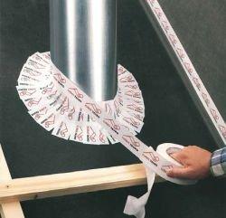 Fot. 8. Jeden z bardziej pracochłonnych sposobów uszczelnienia przechodzącej przez MWK rury odpowietrzającej lub wentylującej polega na obklejeniu jej mocną taśmą samoprzylepną. Do tego celu można również użyć specjalnych taśm wyginających się pod dowolnym kątem.