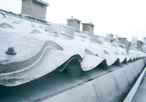 Fot. 1. Przykład typowego wykonania okapu: powierzchnia wlotu powietrza jest stanowczo za mała, aby mógł powstać ruch powietrza pod blachodachówką