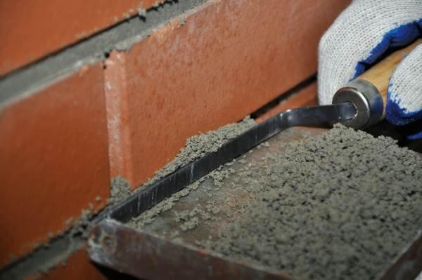 Fot. 9. Spoinowanie okładzin z klinkieru za pomocą spoinówki
