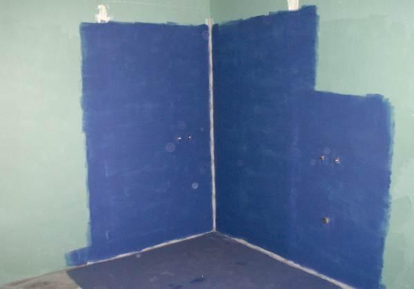 Fot. 2. Prawidłowa powierzchnia izolacji podpłytkowej w strefi e kabiny natryskowej i umywalki