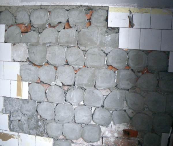 Fot. 7. Niezalecany sposób przyklejania płytek na placki